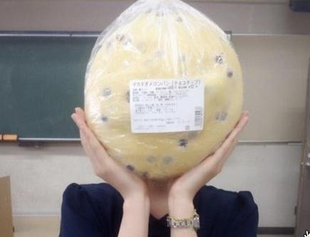 デカすぎメロンパン